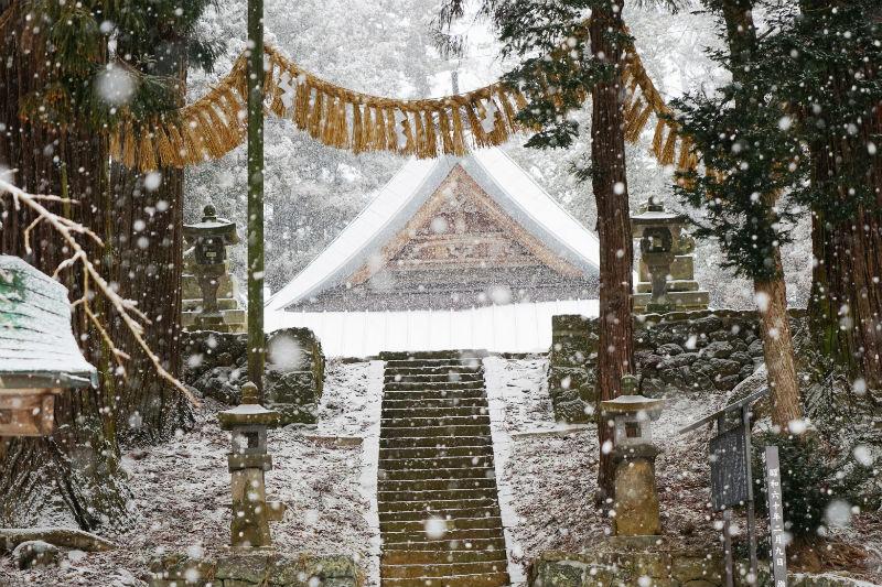 大粒の雪が降ってきました。守田神社(2/4)